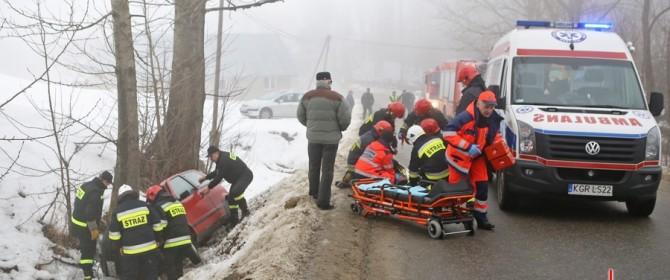 Fiat cinquecento uderzył w drzewo. Jedna osoba nie żyje!
