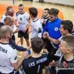 LKS Bobowa podczas przerwy omawia z trenerem błędy oraz strategię