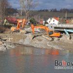 Trwają prace w korycie rzeki Biała Tarnowska (m.Bobowa) mające zadanie przywrócenia ciągłości ekologicznej.
