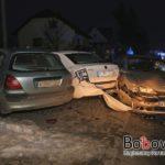 JANKOWA: Opel wpadł w dwa zaparkowane auta pod kaplicą (04 03 2018)