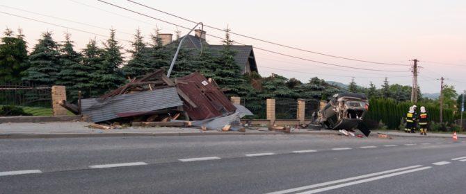 Siedliska: fiat sedici staranował wiatę autobusową, oświetlenie i ogrodzenie!