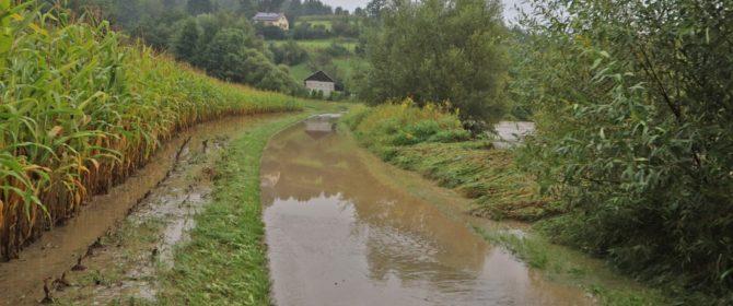 Bobowa i okolice: straż oraz policja czuwają w związku z zagrożeniem powodziowym